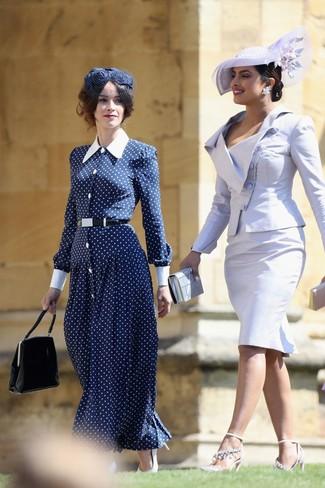 Cómo combinar: vestido largo a lunares en azul marino y blanco, zapatos de tacón de cuero blancos, cartera de cuero negra, sombrero con adornos azul marino