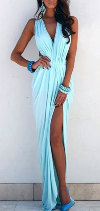 Elige un vestido largo celeste para un almuerzo en domingo con amigos. Haz zapatos de tacón de cuero turquesa tu calzado para mostrar tu lado fashionista.