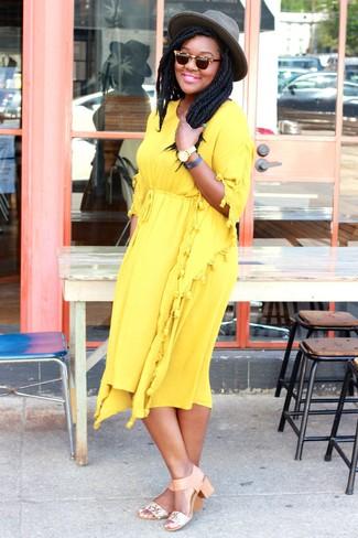Cómo combinar unas sandalias de tacón de cuero marrón claro para mujeres de 20 años: Para crear una apariencia para un almuerzo con amigos en el fin de semana utiliza un vestido midi amarillo. Sandalias de tacón de cuero marrón claro son una opción excelente para completar este atuendo.