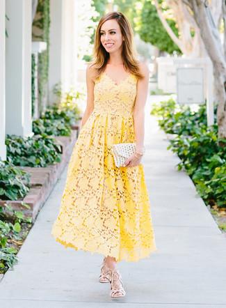 Cómo combinar: vestido midi de crochet amarillo, sandalias romanas de cuero en beige, cartera sobre de crochet blanca, pulsera dorada