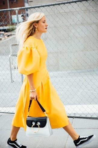 Cómo combinar unas zapatillas altas en negro y blanco: Intenta ponerse un vestido midi amarillo para una vestimenta cómoda que queda muy bien junta. Si no quieres vestir totalmente formal, completa tu atuendo con zapatillas altas en negro y blanco.
