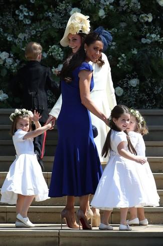 Para un atuendo que esté lleno de caracter y personalidad elige un vestido midi azul. Zapatos de tacón de cuero marrón claro levantan al instante cualquier look simple.