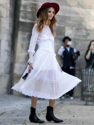 Cómo combinar unas botas camperas de cuero negras: Para un atuendo que esté lleno de caracter y personalidad haz de un vestido midi de gasa blanco tu atuendo. Para darle un toque relax a tu outfit utiliza botas camperas de cuero negras.