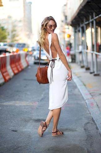 Cómo combinar: vestido midi blanco, sandalias planas de cuero en marrón oscuro, bolso bandolera de cuero marrón, gafas de sol marrónes