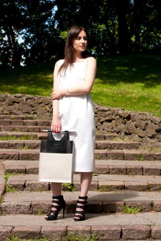 Cómo combinar: vestido midi blanco, sandalias romanas de cuero negras, bolsa tote de cuero en blanco y negro