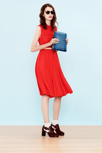 Cómo combinar: vestido midi rojo, botines de cuero burdeos, cartera sobre de cuero con tachuelas azul, correa de cuero en beige
