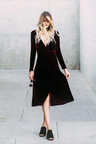 Cómo combinar: vestido midi de terciopelo burdeos, chinelas de ante negras, gafas de sol negras, gargantilla de cuero negra