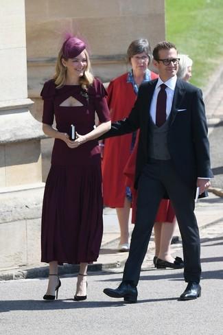Cómo combinar: vestido midi plisado burdeos, zapatos de tacón de ante burdeos, sombrero con adornos burdeos, broche transparente