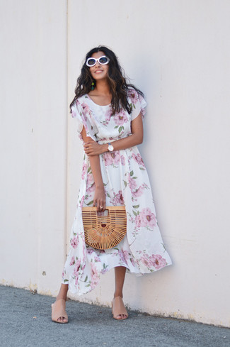 Cómo combinar: vestido midi con print de flores blanco, chinelas de cuero en beige, cartera sobre de paja marrón claro, gafas de sol blancas