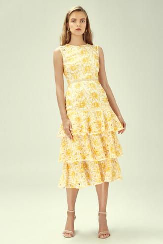 Cómo combinar: vestido midi con print de flores amarillo, sandalias de tacón de cuero en beige, pendientes dorados