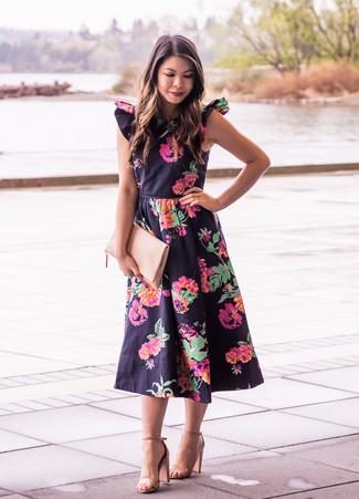 Cómo combinar: vestido midi con print de flores negro, sandalias de tacón de cuero marrón claro, cartera sobre de cuero en beige