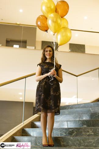 Cómo combinar: vestido midi con print de flores negro, zapatos de tacón de cuero burdeos, pendientes en negro y dorado