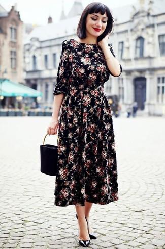 Cómo combinar: vestido midi con print de flores negro, zapatos de tacón de cuero negros, cartera de ante negra