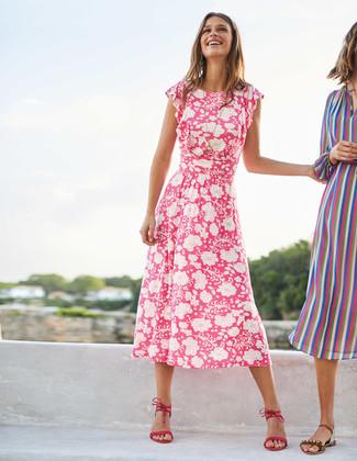 Cómo combinar: vestido midi con print de flores rosa, sandalias de tacón de ante rosa