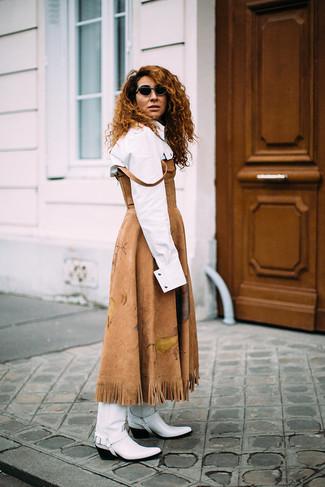 Cómo combinar: vestido midi de ante marrón claro, camisa de vestir blanca, botas camperas de cuero blancas