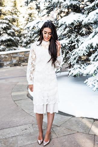 Cómo combinar: vestido midi de crochet blanco, zapatos de tacón de cuero plateados