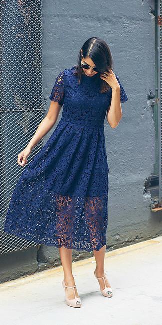 Cómo combinar: vestido midi de encaje con print de flores azul marino, zapatos de tacón de cuero en beige, gafas de sol negras