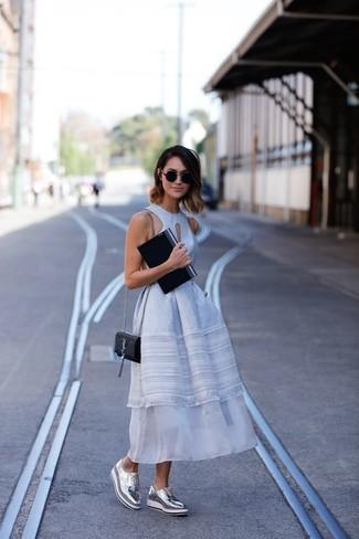 Elige un vestido midi de encaje blanco para lidiar sin esfuerzo con lo que sea que te traiga el día. Zapatos oxford de cuero plateados de Stella McCartney proporcionarán una estética clásica al conjunto.