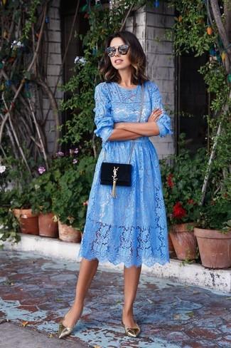 Para seguir las tendencias usa un vestido midi de encaje celeste. Bailarinas de cuero grises añadirán un nuevo toque a un estilo que de lo contrario es clásico.