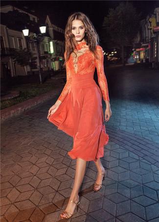Cómo combinar: vestido midi de encaje naranja, sandalias de tacón de cuero doradas