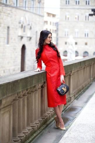 Cómo combinar: vestido midi de encaje rojo, zapatos de tacón de cuero marrón claro, bolso bandolera de cuero negro
