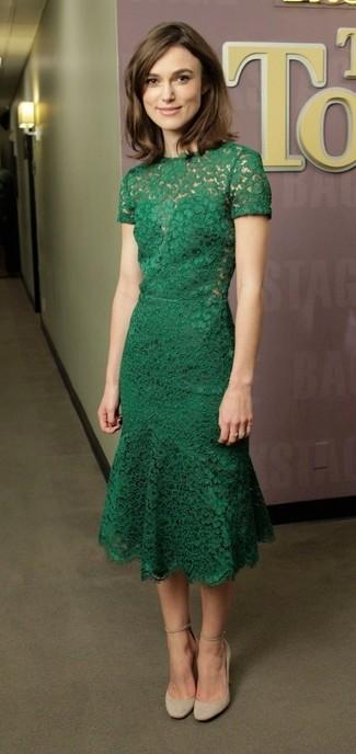 Look de Keira Knightly: Vestido Midi de Encaje Verde, Zapatos de Tacón de Ante en Beige
