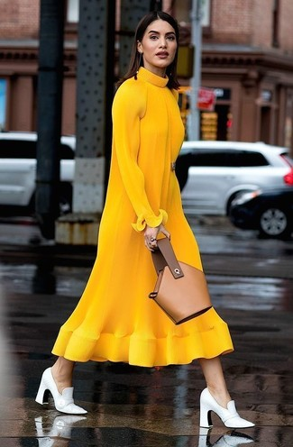 Cómo combinar: vestido midi de lana de punto mostaza, zapatos de tacón de cuero blancos, cartera sobre de cuero marrón claro