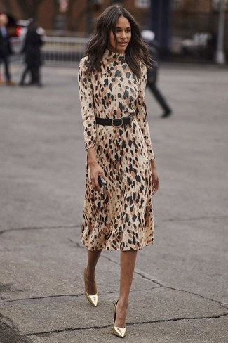 Cómo combinar: vestido midi de leopardo en beige, zapatos de tacón de cuero dorados, cinturón de cuero negro