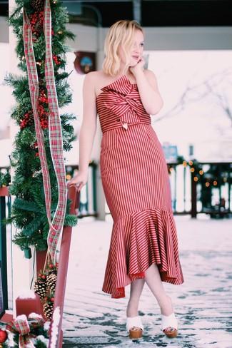 Elige un vestido midi de rayas verticales rojo para conseguir una apariencia relajada pero chic. ¿Te sientes ingenioso? Dale el toque final a tu atuendo con chinelas de cuero blancas.