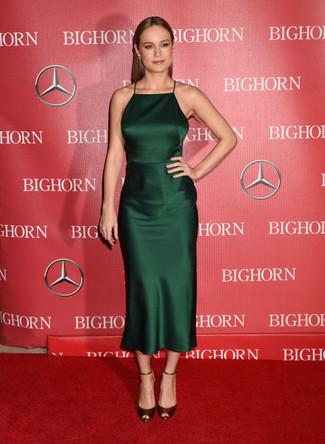 Cómo combinar: vestido midi de satén verde oscuro, sandalias de tacón de cuero burdeos