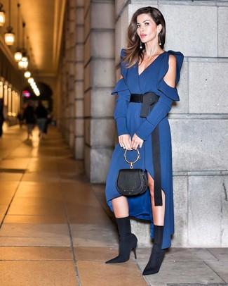 Cómo combinar: vestido midi de seda azul marino, botines de elástico negros, cartera de cuero negra