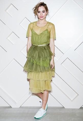 Look de Suki Waterhouse: Vestido midi de tul en amarillo verdoso, Tenis blancos