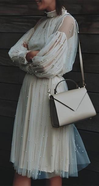 Cómo combinar: vestido midi de tul en beige, bolso bandolera de cuero en beige