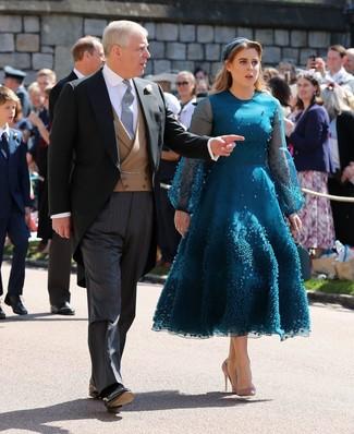 Cómo combinar: vestido midi de tul en verde azulado, zapatos de tacón de cuero marrón claro, cinta para la cabeza en verde azulado