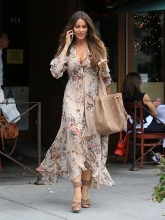 Cómo combinar: vestido midi con print de flores en beige, sandalias de tacón de cuero en beige, bolsa tote de cuero marrón claro, reloj dorado