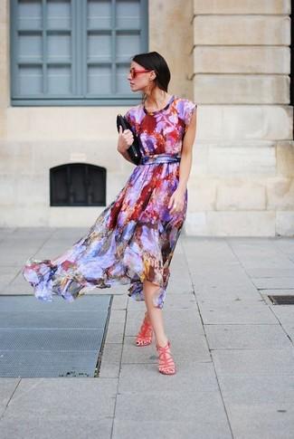 Cómo combinar: vestido midi estampado en multicolor, sandalias de tacón de cuero rojas, cartera sobre de cuero negra, gafas de sol rojas