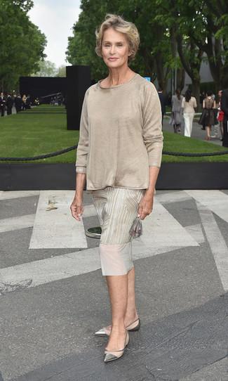 Look de Lauren Hutton: Vestido Midi Estampado en Beige, Camiseta de Manga Larga en Beige, Bailarinas de Cuero Plateadas