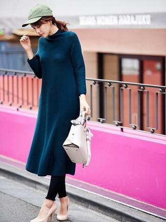 Cómo combinar: vestido midi de lana en verde azulado, leggings negros, zapatos de tacón de cuero en beige, bolso de hombre de cuero blanco