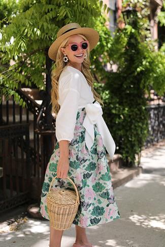 Elige un vestido midi con print de flores en verde menta para conseguir una apariencia relajada pero chic. Con el calzado, sé más clásico y elige un par de mocasín.