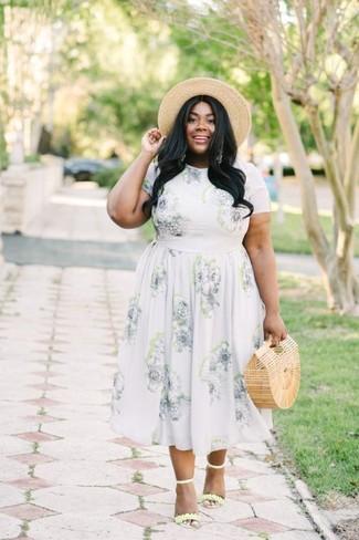 Cómo combinar: vestido midi con print de flores naranja, sandalias de tacón de cuero amarillas, cartera sobre de paja marrón claro, sombrero de paja marrón claro