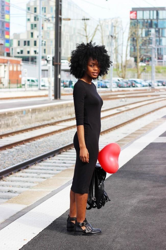 Look vestido negro con botas
