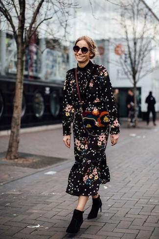 Cómo combinar: vestido midi con print de flores negro, botines de ante negros, bolso bandolera de ante en multicolor, gafas de sol negras