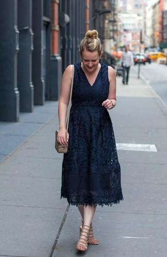 Cómo combinar: vestido midi de encaje negro, sandalias romanas de cuero en beige, bolso bandolera de cuero marrón claro, reloj dorado