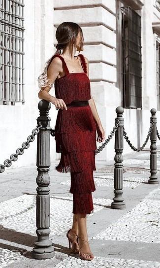 Cómo combinar: vestido midi сon flecos rojo, sandalias de tacón de cuero marrón claro