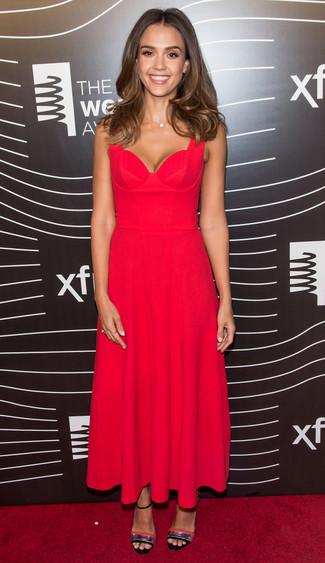 Look de Jessica Alba: Vestido midi plisado rojo, Sandalias de tacón de cuero plateadas