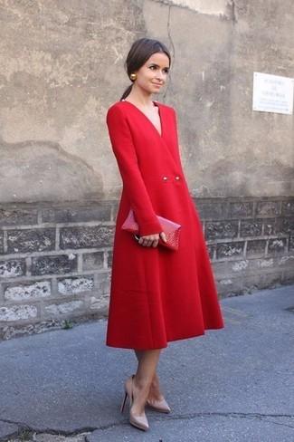 Cómo combinar: vestido midi rojo, zapatos de tacón de cuero en beige, cartera sobre de cuero roja, pendientes dorados