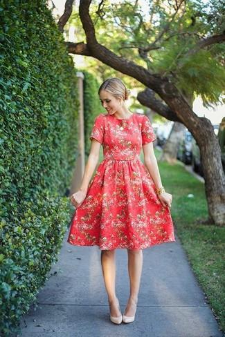 Cómo combinar: vestido midi con print de flores rojo, zapatos de tacón de cuero en beige, colgante dorado, pulsera dorada