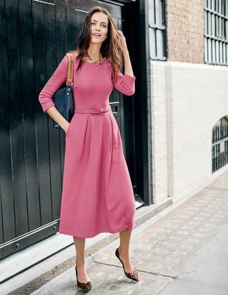 Cómo combinar: vestido midi rosado, bailarinas de ante de leopardo marrónes, bolsa tote de cuero azul marino, collar dorado