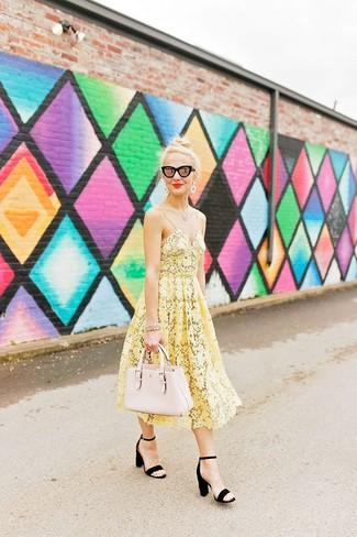 Cómo combinar: vestido midi de crochet amarillo, sandalias de tacón de ante negras, bolsa tote de cuero en beige, gafas de sol negras
