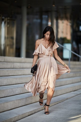 Cómo combinar: vestido midi de seda en beige, sandalias de tacón de ante negras, bolso bandolera de cuero de estrellas negro, reloj dorado